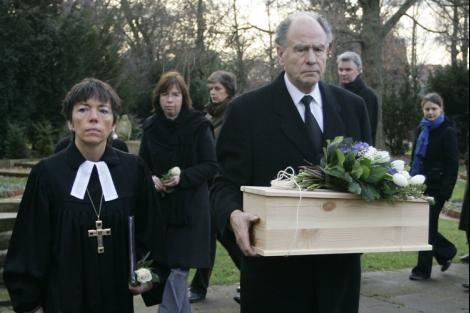 Ein Bestatter trägt den kleinen Sarg. Neben ihm Margot Käßmann. Sie hielt die Trauerfeier in Hannover Foto: AP